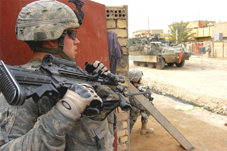 Soldado de EEUU con guantes Oakley