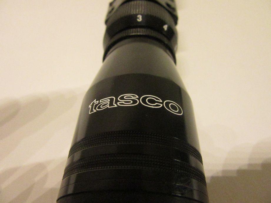 Imagen frontal de un visor de caza Tasco